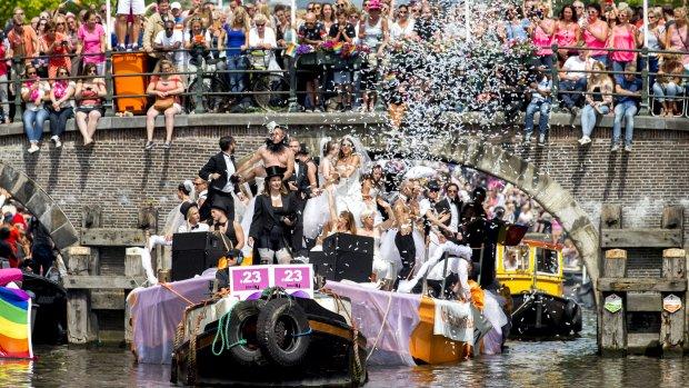 Foto's: Amsterdam loopt uit voor Canal Parade