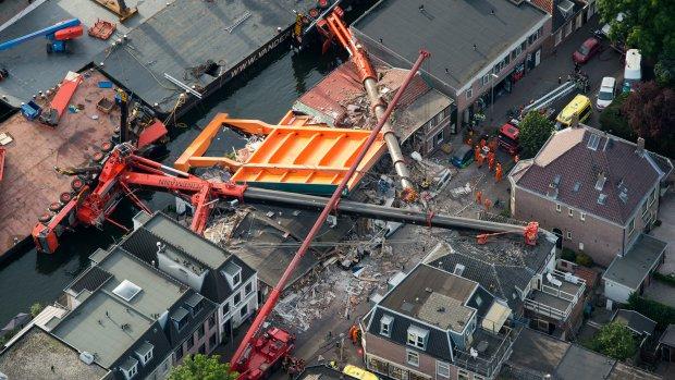 Alphen aan den Rijn is wereldnieuws: 'Nederlandse kraan vernielt huizen'