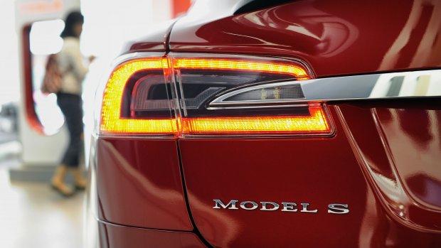 De Tesla Model S wordt deels zelfsturend