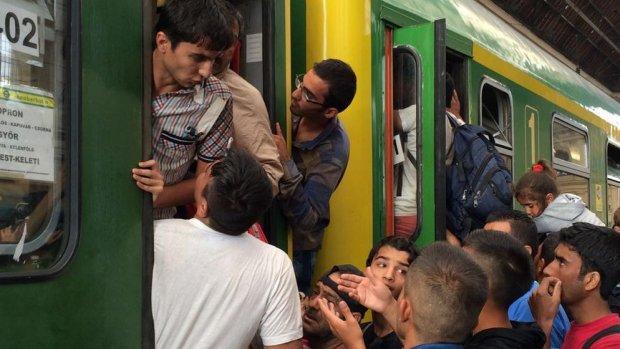 Vluchtelingen overspoelen station Boedapest