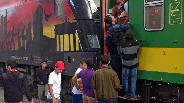 Vluchtelingentrein stopt halverwege Hongarije
