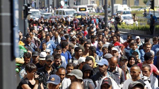 Vluchtelingen: Geen trein? Dan lopen we naar Oostenrijk