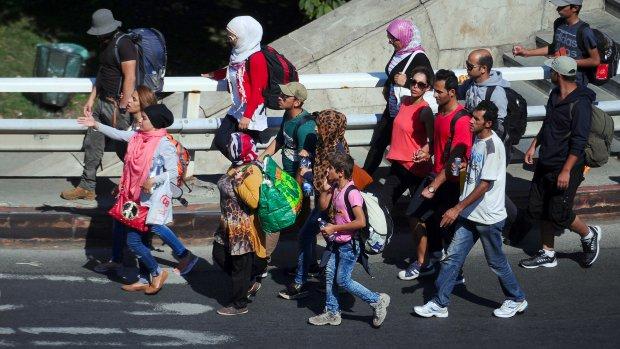 Duizenden vluchtelingen lopen over snelweg naar Oostenrijk