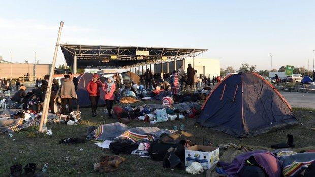 Oostenrijk sluit weg naar grens Hongarije