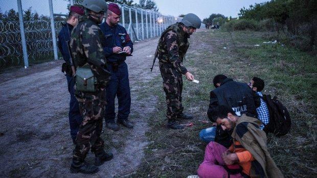 Hongarije pakt vluchtelingen op: 'Ze beschadigen de hekken'