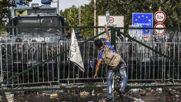 Hongaarse politie schiet met traangas op vluchtelingen