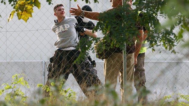 Vluchtelingen opgepakt en kinderen gewond bij rellen aan Hongaarse grens