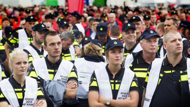 Van der Steur wil praten met politiebonden