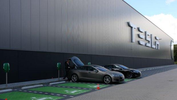 Zo ziet de Nederlandse Tesla-fabriek er van binnen uit