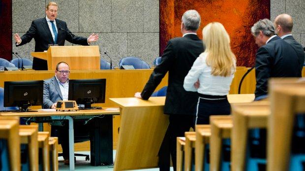 Kamer accepteert excuses Van der Steur over foto Van der G.