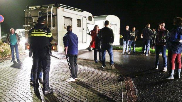 Dijkhoff belaagd door boze inwoners Oranje na bijeenkomst over asielzoekers