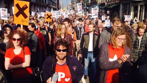 Duizenden tegenstanders TTIP demonstreren in Amsterdam