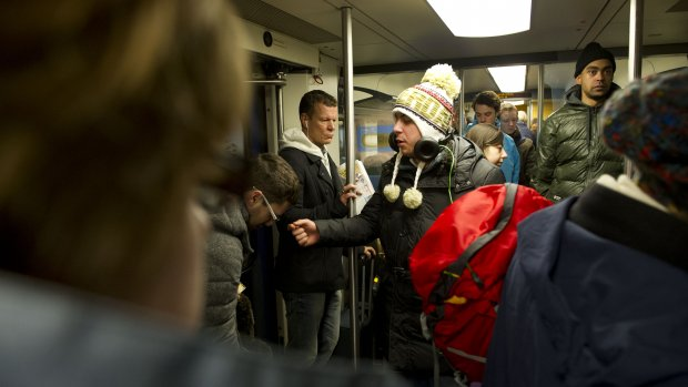 Moderne zakkenroller steelt geld contactloos in trein