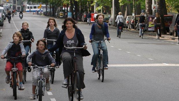Kabinet wil 200.000 mensen uit de auto op de fiets