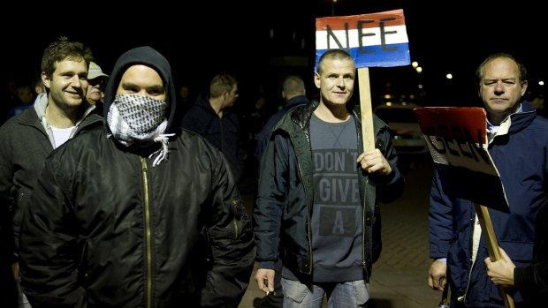 Protest voor gemeentehuis Steenbergen, binnen is het rustig