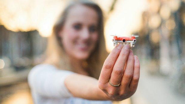 Deze piepkleine Nederlandse drone filmt je huisdier