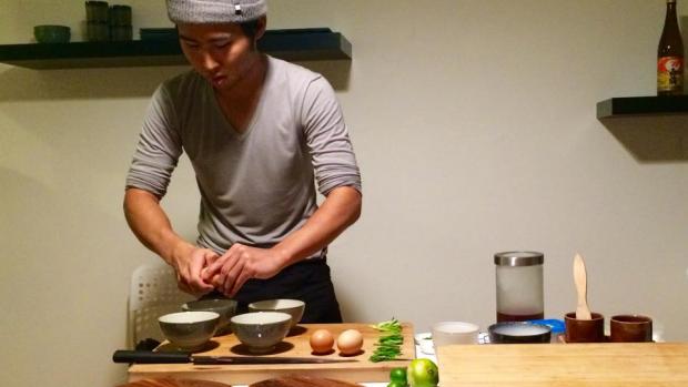 Student serveert sushi in zijn kamer van 20 vierkante meter