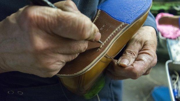 Leer, pek en schoenpoets: Nederlands laatste schoenfabriek