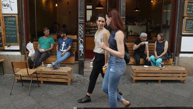 Koffietentjes vullen gaten in winkelstraat