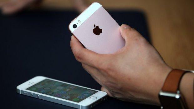 Apple verkoopt minder iPhones, koers daalt flink