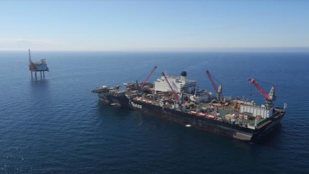 Grootste schip ter wereld ontmantelt geflopt SBM-boorplatform