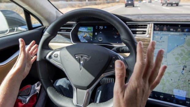Pas op met autopilot Tesla, waarschuwt Duitse RDW