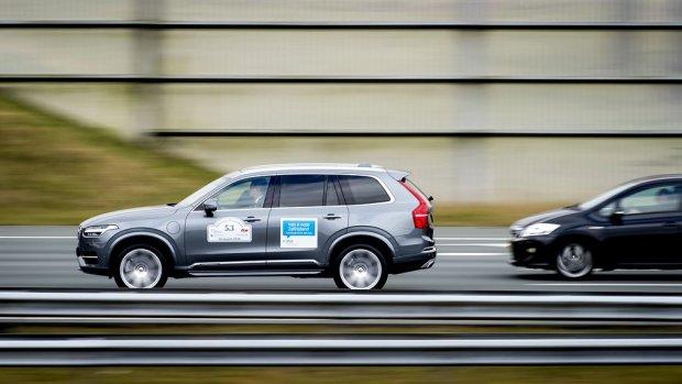 Autoweg van de toekomst: smalle rijstroken en weg met rotondes