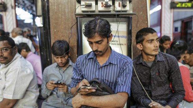 WhatsApp bestrijdt nepnieuws met straattheater