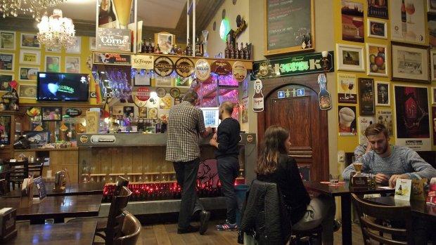 Belgische Kamerleden houden gratis biertje in het parlement