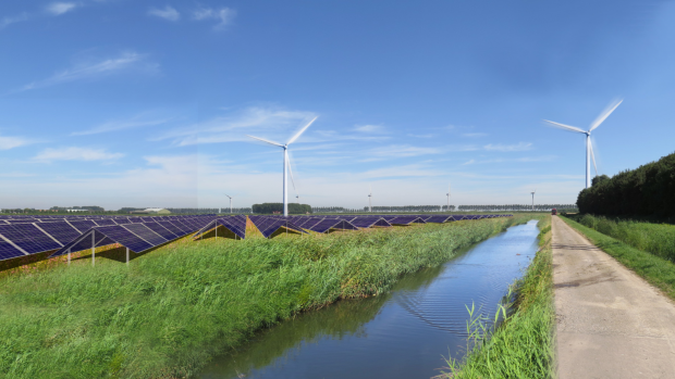 Slimme kostenbesparing van Nuon: zonnepanelen bij windmolens