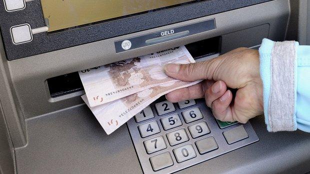 Uit de euro? Dan betalen we voortaan met... de euro (of D-mark)