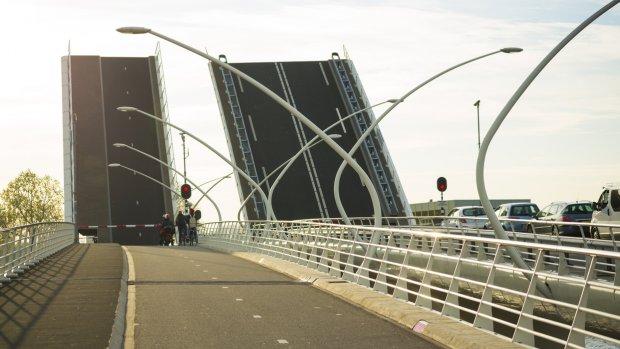Provincie laat brugwachters 'middeleeuws' wurgcontract tekenen