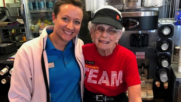 Overgrootmoeder (94) werkt nog steeds bij McDonald's