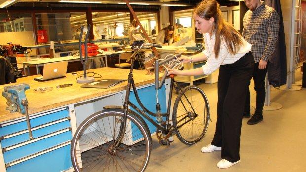Startup maakt designlampen van illegaal opgeviste fietswrakken