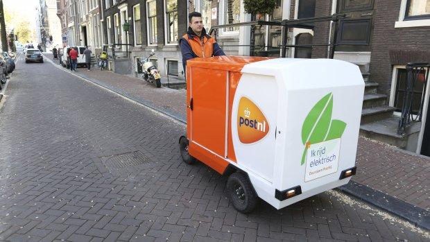 PostNL gaat op grote schaal bezorgen met elektrische bakfietsen