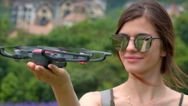 Deze drone landt dankzij gezichtsherkenning op je hand