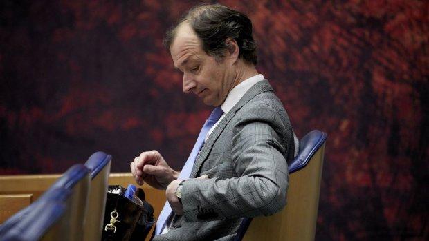 Wiebes schort omstreden zzp-wet half jaar langer op