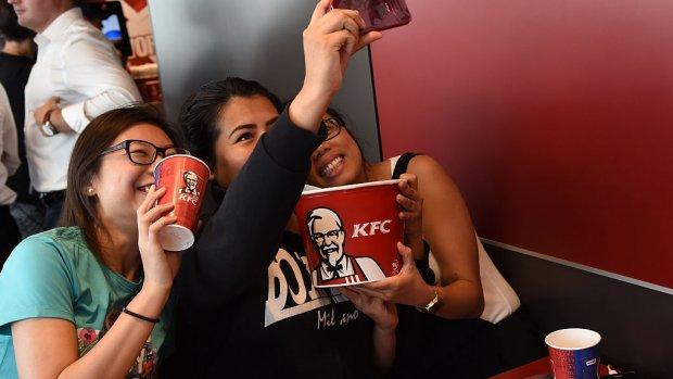 Ook KFC gaat fastfood thuisbezorgen