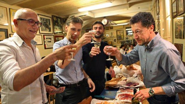 Mannen drinken witte wijn naar recordniveau: rode wijn verdrongen