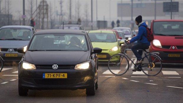 Nederlander leeft 13 maanden korter door vieze lucht, Milieudefensie stapt naar rechter