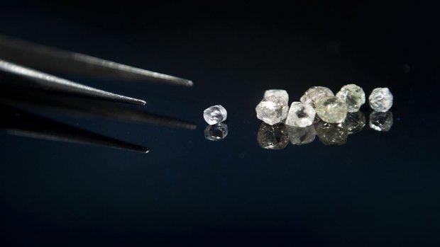Rijke Chinezen leggen op Schiphol halve ton neer voor diamanten