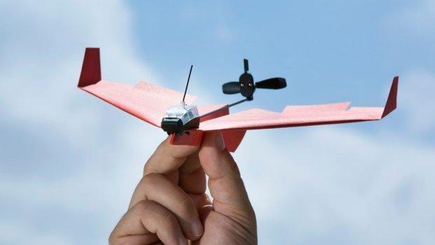 Maak een bestuurbaar vliegtuigje van papier met deze gadget