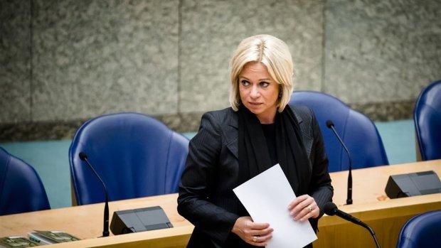 Minister Hennis stapt op na debat over dodelijk mortierongeluk