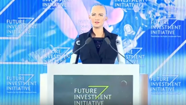 Griezelig echte robot Sophia krijgt Saoedisch staatsburgerschap