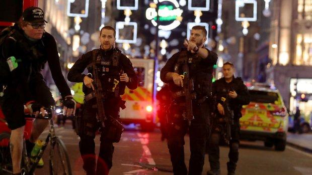 Auto rijdt in op voetgangers bij moslimcentrum Londen