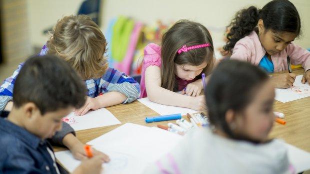 Extra assistenten en leerkrachten in scholen