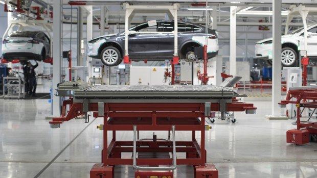 Mercedes test stiekem een Tesla en rijdt die vervolgens aan gort