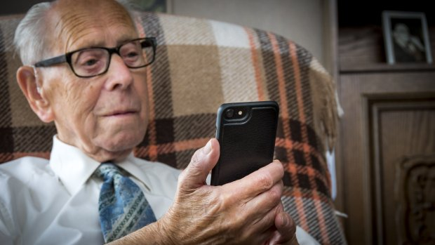 Opa en oma appen en facebooken steeds vaker gezellig mee