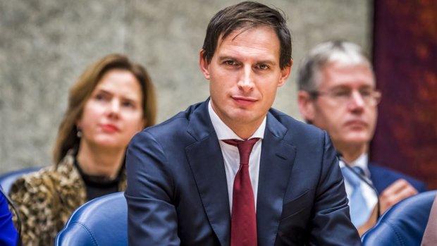 Hoekstra onderzoekt strengere regels bankierssalarissen