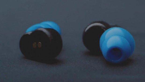 Deze oordoppen filteren de hele nacht snurkgeluiden